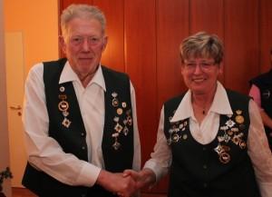 30 Jahre im Verein: Regina Monke beglückwünscht Dieter Meyer